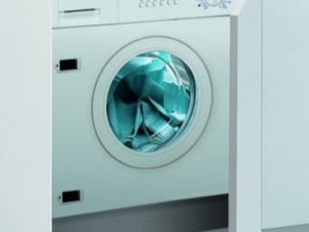 стиральная машина, установленная на цоколь