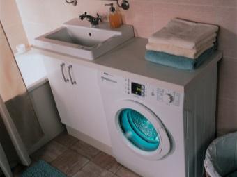 стиральная машина под столешницей