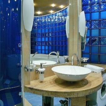 синие стеклоблоки в дизайне ванной комнаты