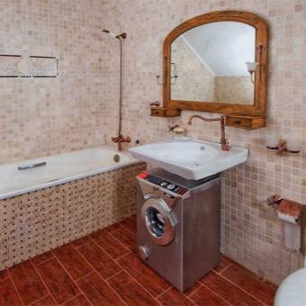 машинка, совмещенная с раковиной, в прсторной ванной комнате