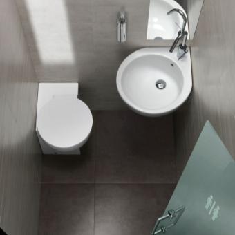 унитаз с угловым бачком в интерьере ванной