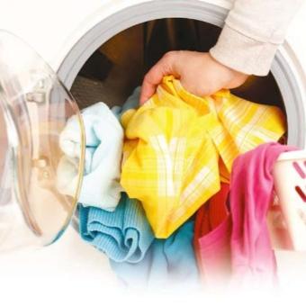загрузка белья в стиральную машину