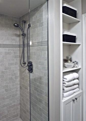 Душевая кабинка и полочки в ванной