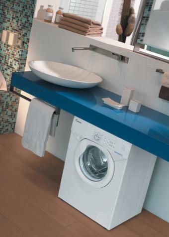 стиральная машина, стоящая на полу