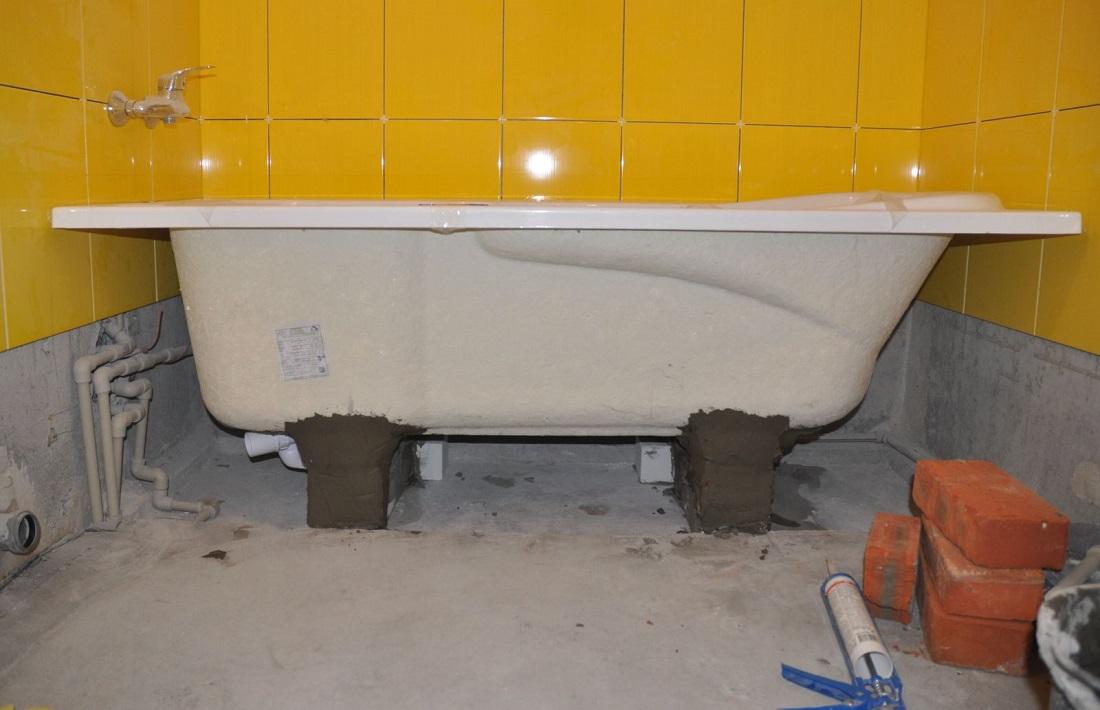 Установка ванны на кирпичи своими руками видео
