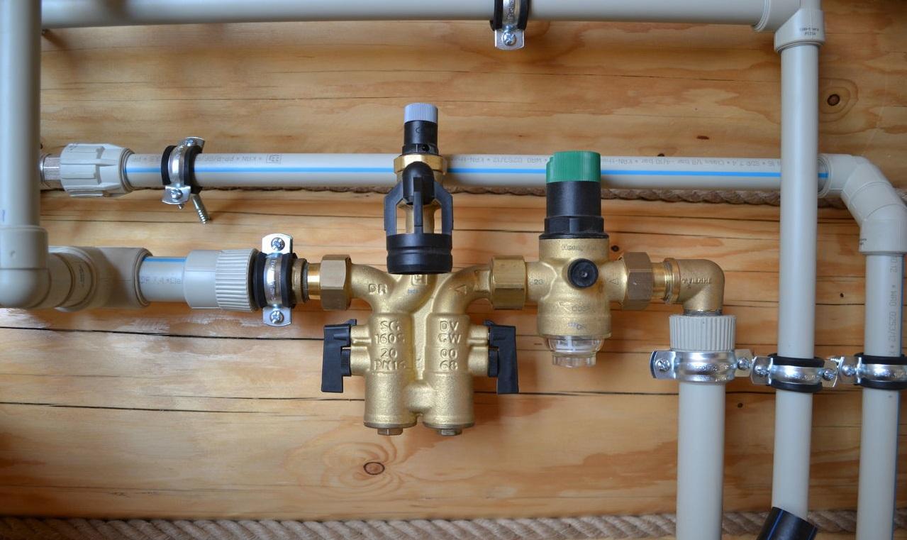 схема устройства канализационного стояка в брежневках