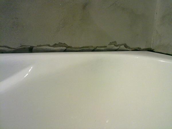 Чем задела�� �ел� межд� ванной и ��еной зак��ваем зазо�