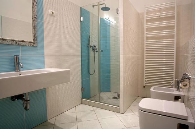 Душевая кабина в ванной комнате в панельном
