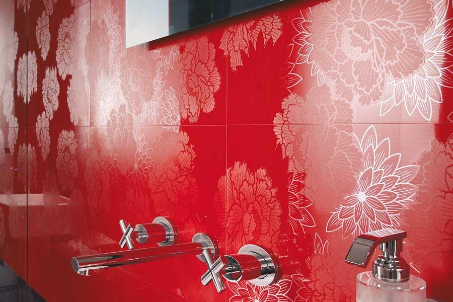 красная плитка в ванной комнате фото