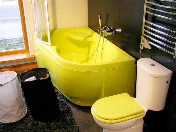 Цветная ванна в интерьере