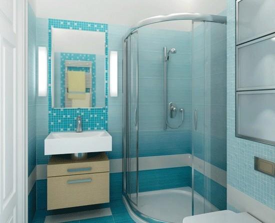 Интерьер небольшой ванной комнаты с душевой