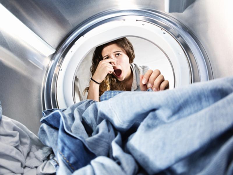 почему бывает неприятный запах изо рта утром