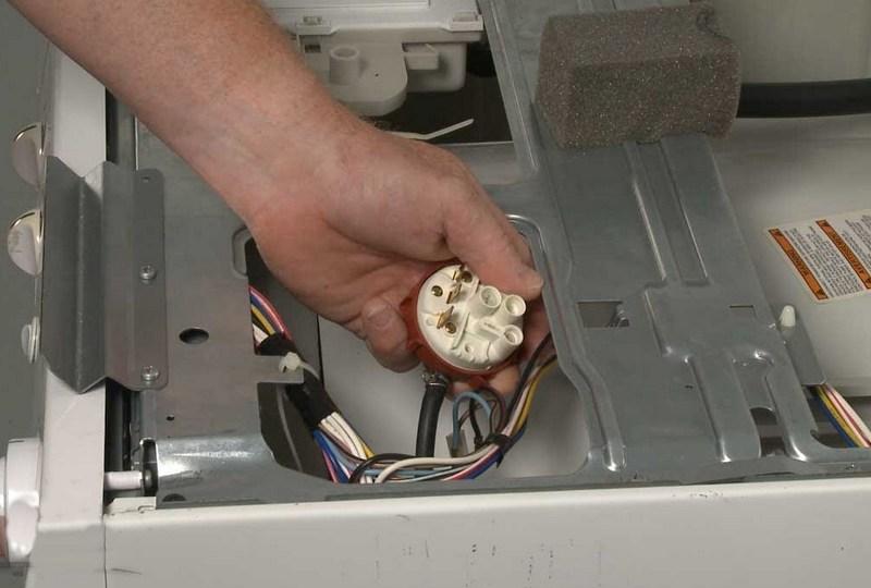 Почему стиральная машина набирает слишком много или мало воды при стирке: перелив и недолив, что делать