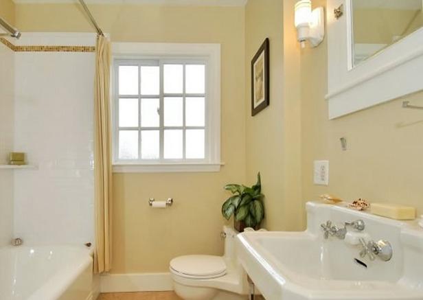 Отштукатуренная ванная комната классическая светлая ванная комната