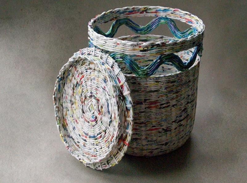 Плетение круглой корзины из газетных трубочек для