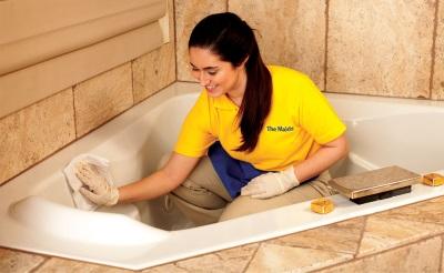 Чистим акриловую ванну - протираем тряпкой