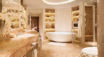 Натуральный камень в отделке совмещенной ванны и туалета