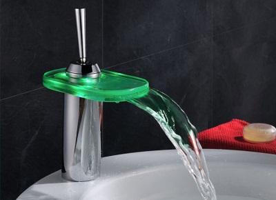 Стеклянный смеситель для ванной
