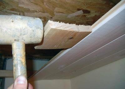 Монтаж навесного потолка с помощью деревянных реек не рекомендуется