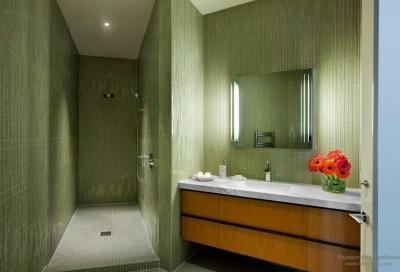 Зеленая ванная комната со светлым полом