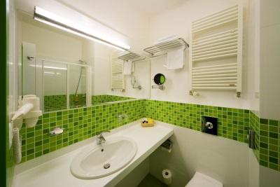 Зеленая ванная в сочетании с белым
