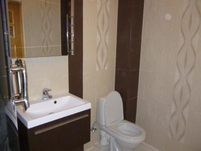 Маленькая ванная комната с минимумом мебели