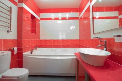Маленькая ванная комната с плиткой