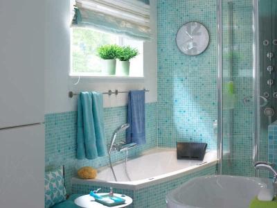 растения в голубой ванной