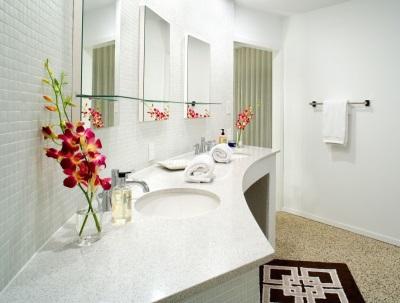 Белая ванная в светлых тона