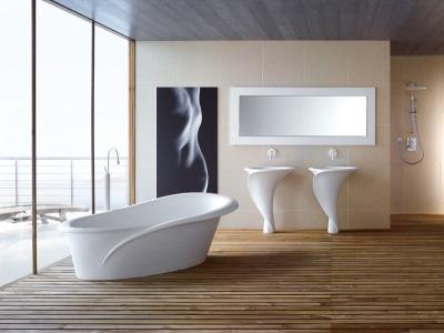 уют в белой ванной комнате поможет создать текстиль