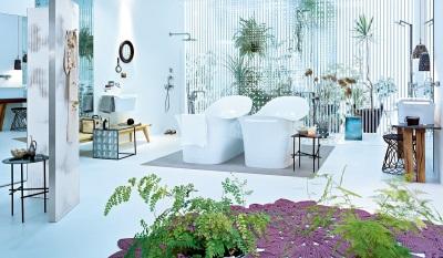 Цветовые акценты в белой ванной