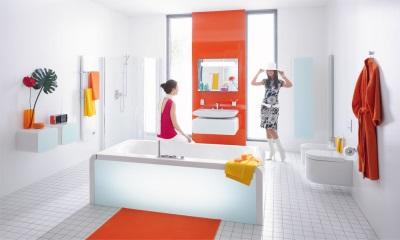Современная белая ванная с яркими акцентами