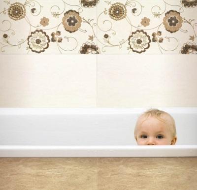Бежевая ванная и малыш