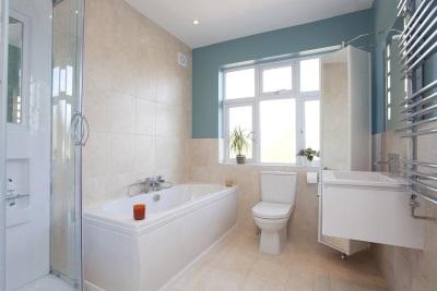 Бежевая с голубым ванная