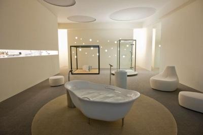 Большая ванна посреди ванной комнаты