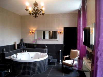 Черно-фиолетовая ванная