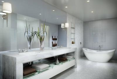 Бело-серая ванная с точечным освещением