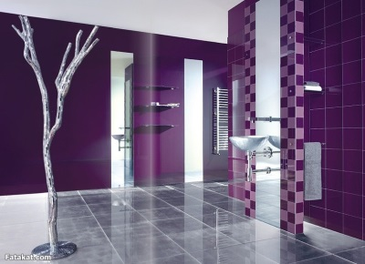 Разнообразие аксессуаров в фиолетовой ванной