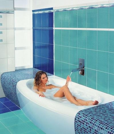 Просторная ванная темных голубых оттенков