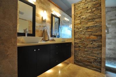 Освещение в коричневой ванной