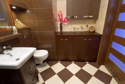 Отделка коричневой ванной комнаты