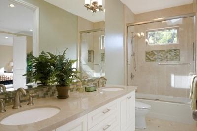 покрашенный потолок в ванной общий вид