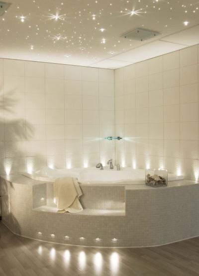 мелкая светлая плитка в ванной