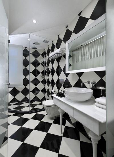 Шахматное оформление ванной плиткой