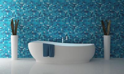 Синяя ванная с белой ванной