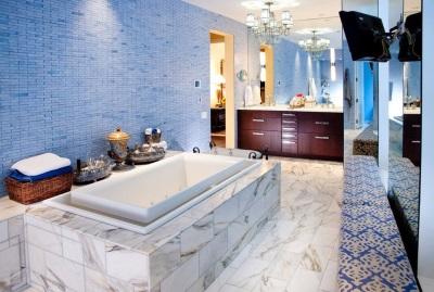 Оригинальная отделка стен в синей ванной