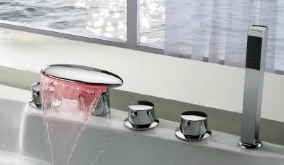 Смеситель на борт ванны с подсветкой
