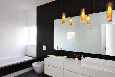 Черно-белая ванная. Яркие акценты