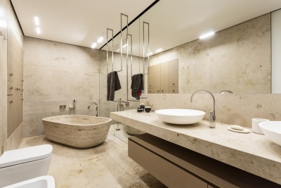 Мраморная ванна в интерьере ванной комнаты