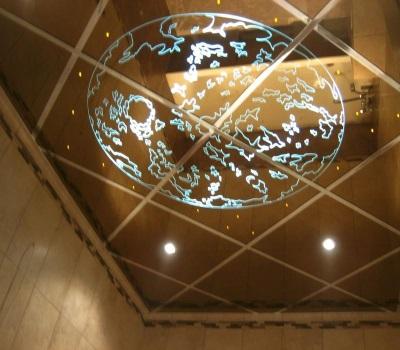Красивый зеркальный потолок в ванной